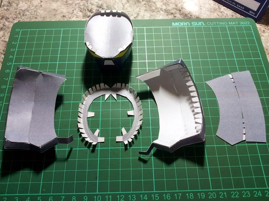 Disponemos pegando primero la base de la corona a la cara externa. Luego, aplicamos las caras internas. Como ven, tuve que repetir este paso volviendo a imprimir y armar la corona completa.