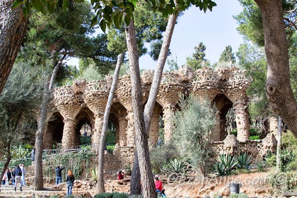 Park Güell'de Gaudi'nin eseri ilginç sütunlar, Barselona