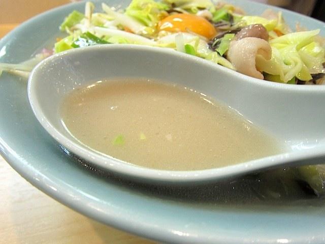 豚骨ベースの肌色のスープ