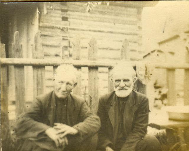 Прадеды  Иван ? Маряхин ( слева) и Ефим Ефимович Кондаков (1881-1961) (справа). Отцы Михаила Ивановича и Марии Ефимовны Маряхиных - моих деда и бабушки по отцу.