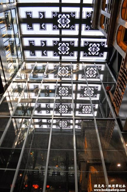 宮原眼科往二樓樓梯間的大面鏡子