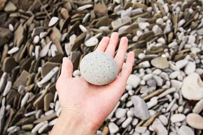 丸くなめらかな石