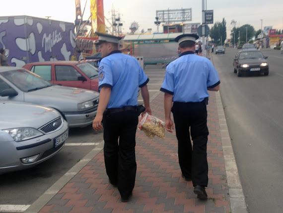 Poliţişti vs. pufuleţi