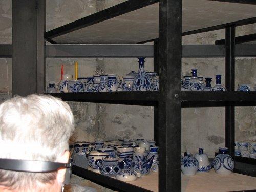 Bezoek aan de pottenbakkerij. Typische potten uit La Roche. Grijze tobbes met diepblauwe tekeningen op.