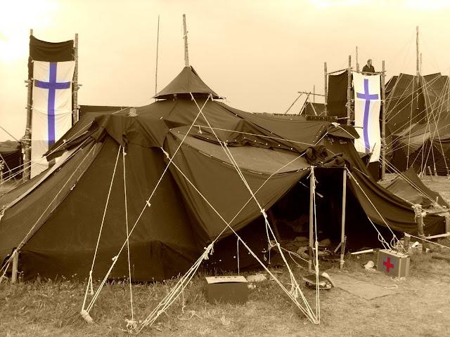 Kohtenbahnen zum großen Zelt gespannt