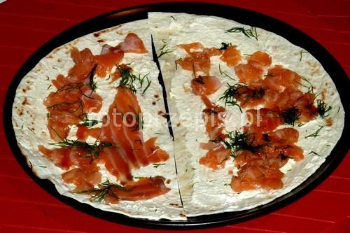 Zachwycające tortille z łososiem zdrowe wykwintne ryby i owoce morza przystawki latwe europejska  przepis foto