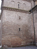 Kirche San Crisogono in Rom, 2009. Man beachte den Ball im Kirchenfenster.