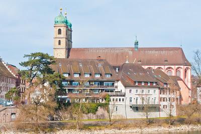 Blick von der hölzernen Rheinbrücke auf das Fridolinsmünster