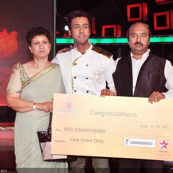 Ripu Daman Handa, winner of the cookery show Master Chef Season 3 poses with parents during the grand finale, held in Mumbai. (Pic: Viral Bhayani)