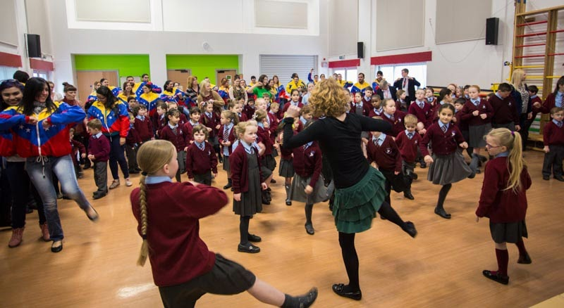 Los niños de In Harmony Liverpool, uno de los núcleos de El sistema England, recibieron a la CNJSB con una enérgica coreografía cantada