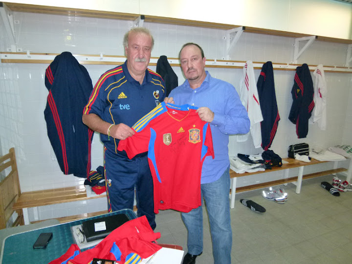 Benitez getting the signed shirt from Del Bosque