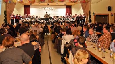 Gut besucht war der bunte Dorfabend der Britzinger Vereinsgemeinschaft in der Neuenfelshalle. Musikverein und Chorgemeinschaft ließen das Jahr 2011 nochmals musikalisch Revue passieren.