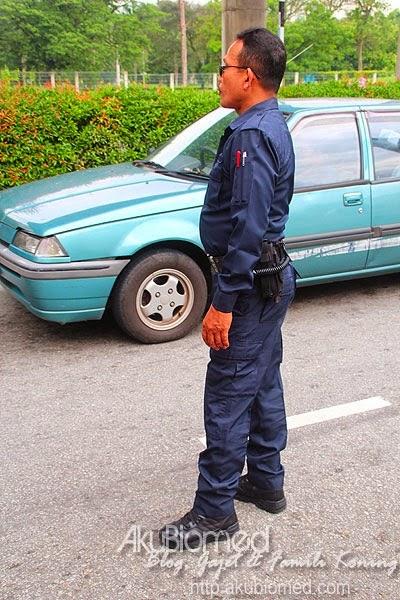 Polis mengawal lalu lintas