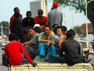 Des travailleurs chinois et congolais sur une avenue de Kinshasa. Radio Okapi/Ph. John Bompengo