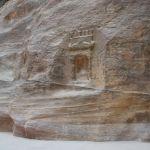 ナバタイ人の信仰に関する霊石が点在するシークの岩壁