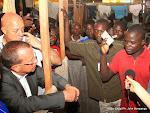 De gauche à droite; Martin Köbler, représentant spécial du secrétaire général de l'Onu pour la RDC  écoutant les doléances des expulsés de Brazzaville le 23/05/2014 lors d'une visite sur le site de Maluku à Kinshasa. Radio Okapi/Ph. John Bompengo