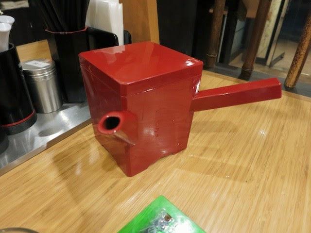 蕎麦湯が入った赤い湯桶