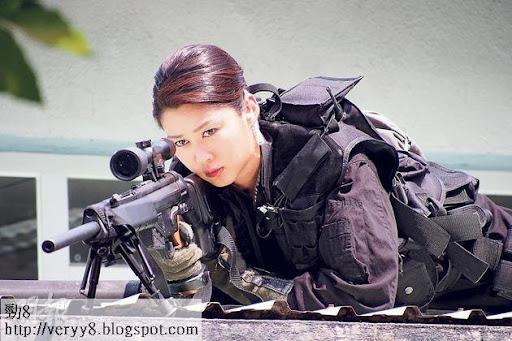 岑麗香在新劇《神槍狙擊2013》飾演神槍手,眼神銳利、英姿颯颯。