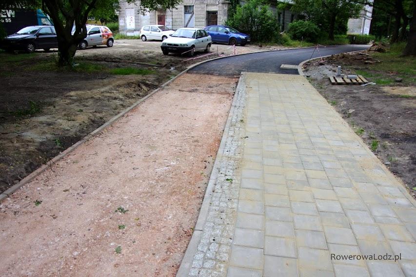 Fragment wspólny jezdni dojazdowej do posesji i drogi dla rowerów.