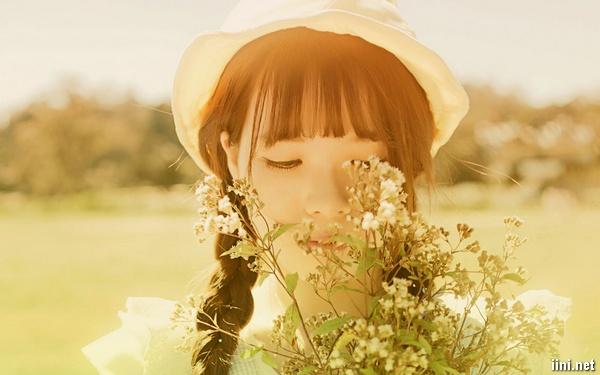 ảnh cô gái dễ thương đang ngắm hoa