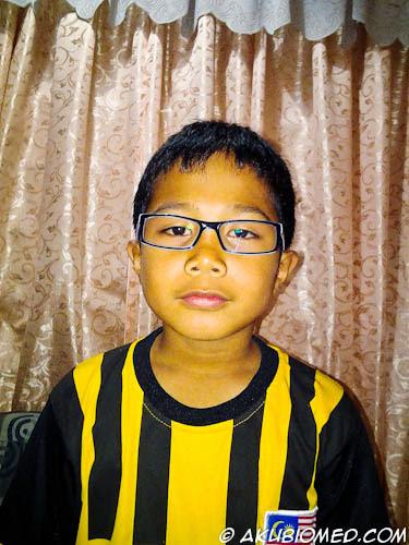 anak memakai cermin mata