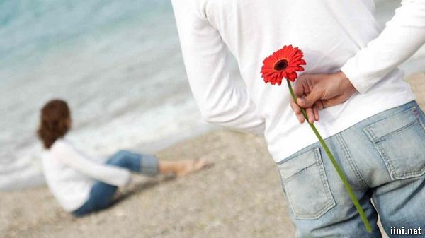 ảnh tặng hoa cho người yêu khi đi dạo bên Biển