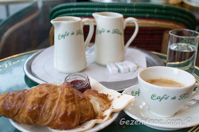 Cafe de Flore'da kruvasanlı, kahveli bir kahvaltı, Paris