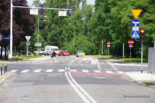 Z drugiej strony tej samej ulicy, informacja że nie można wjechać o ile nie jest się rowerem.