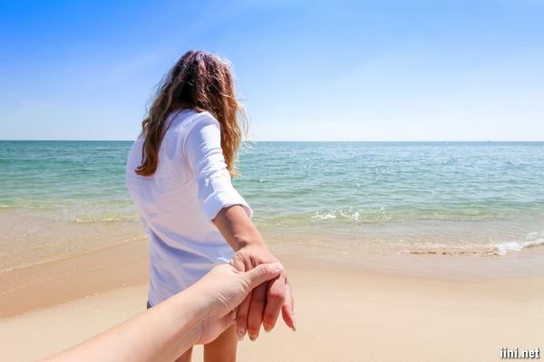 ảnh nắm tay nhau đi dưới cảnh Biển đẹp