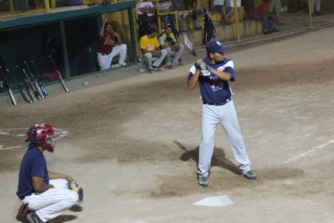 José Leza Jr. de Vallecillo en el softbol nocturno