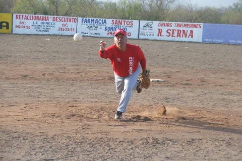 Roel Garza de Sonora en el softbol del Club Sertoma