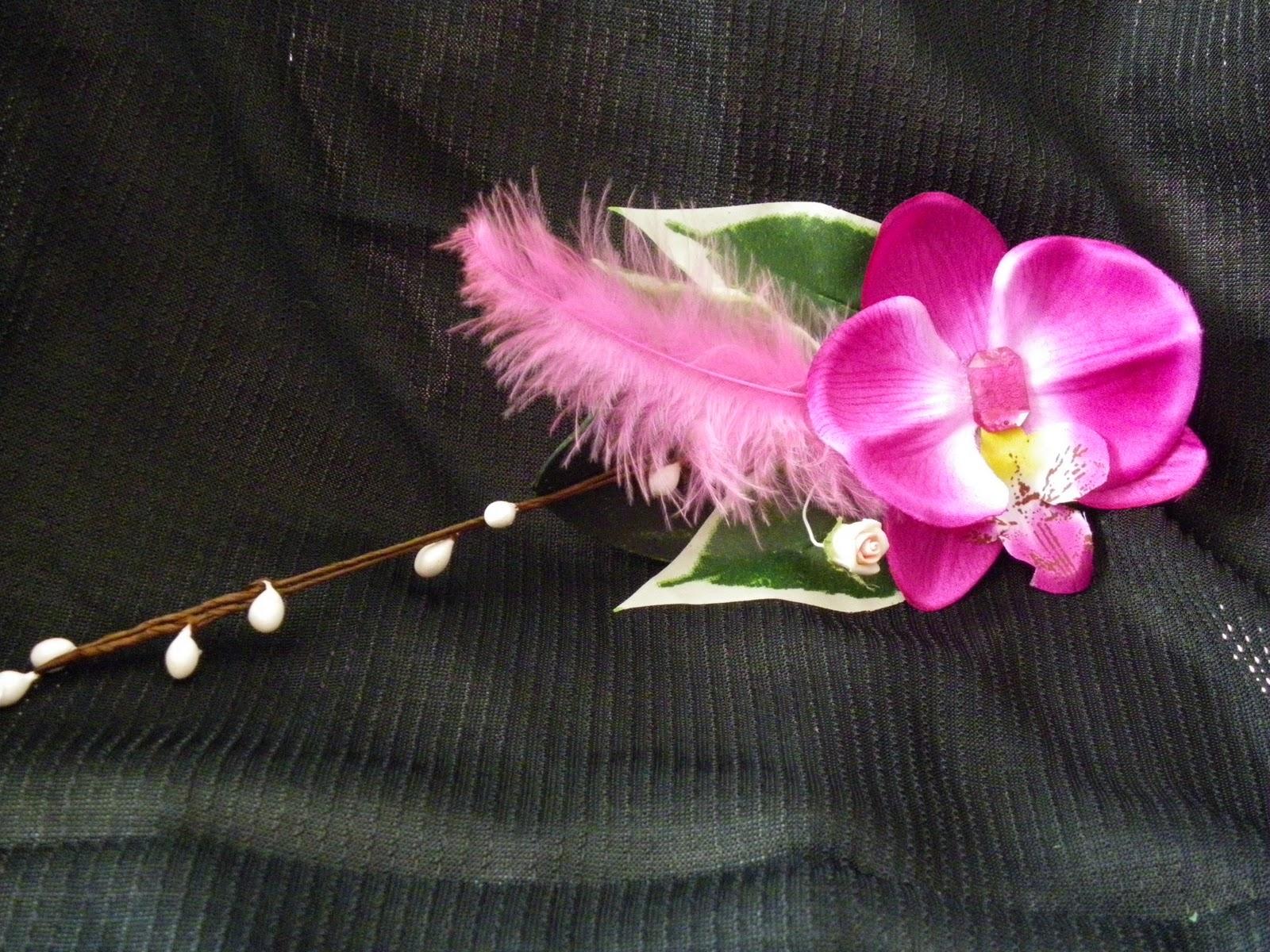 Orquídeas granates con plumas de avestruz rojas, strass de color y aplique metálico art nouveau. 18 euros