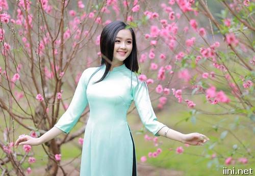 cô gái xinh đẹp dạo vườn đào