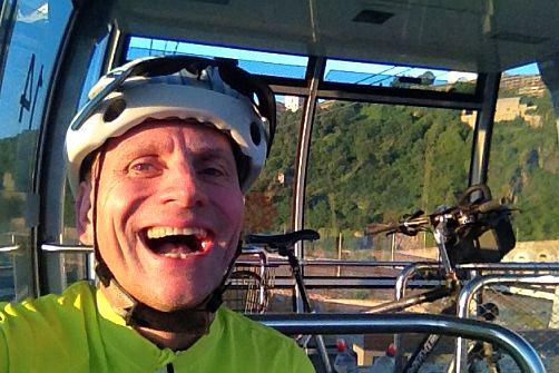 Chris on the Bike mit Fahrrad Panther Dominance Trekking in einer Gondel der Seilbahn über dem Rhein in Koblenz vor der Festung Ehrenbreitstein