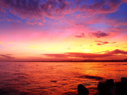 高美濕地日出時染紅的海面