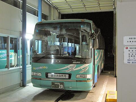 斜里バス「夜の大自然号」 ・・20 ウトロバスターミナル発車待ち