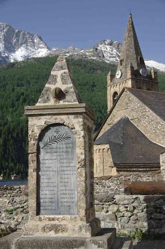 Le monument aux morts et l'église de la Grave