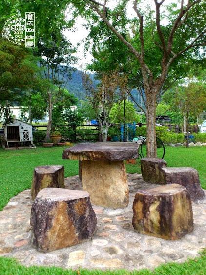 魔法咖啡屋戶外的石桌石椅