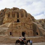 上部にオリベスクの装飾がある「オリベスクの墓」
