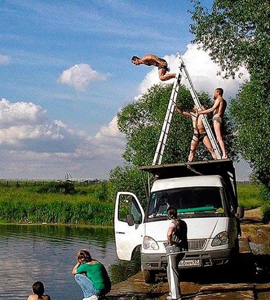 Escaleras encima de una furgoneta pera hacer de trampolín