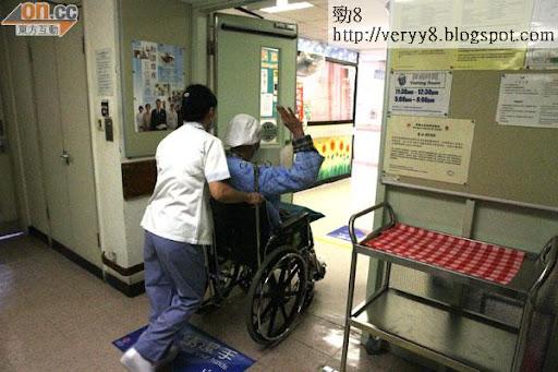 歐陽震華完成身體檢查後推返病房,他舉手示意自己一切安好,並於幾日後出院。