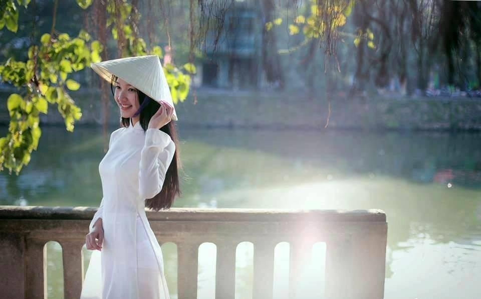 Cô gái Huế trong tà áo dài trắng