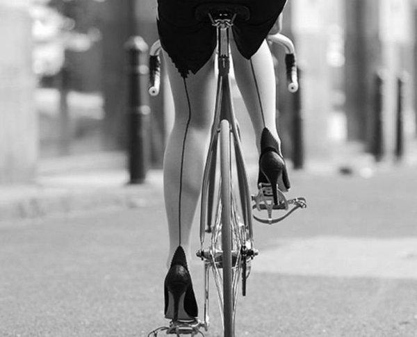 в каблуках на велосипеде