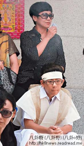 斑班雖戴上墨鏡,但亦難掩哀傷神情,而囝囝建豪表現平靜。