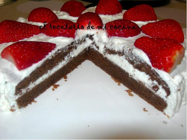 bizcocho de chocolate con fresas y nata