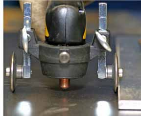 Hình ảnh dùng bánh xe đẩy khi hàn cắt plasma