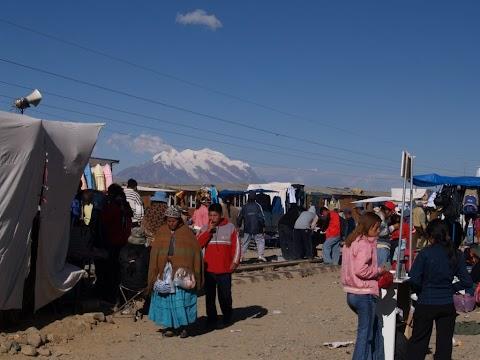 La Feria 16 de Julio y el Illimani
