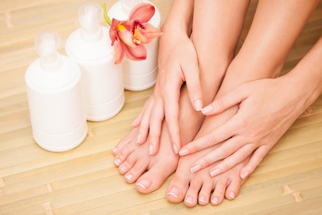 Làm thế nào để làm sạch lớp tất phun trên da ?