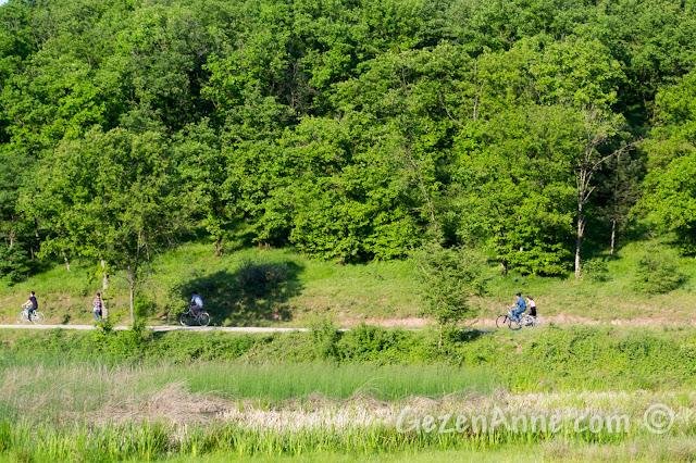 Sakarya Poyrazlar Gölü çevresinde bisiklet kullananlar