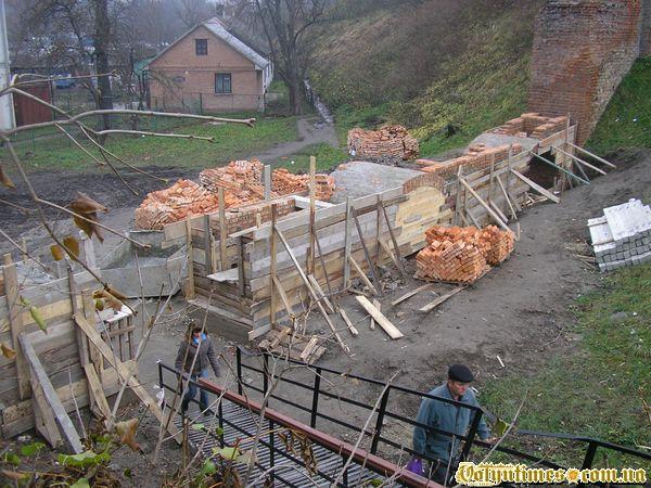 Будівництво бутафорної стіни 19.11.2006 року.